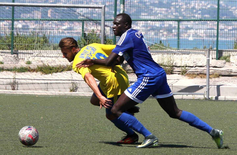 Pour l'avant-dernière journée de championnat, le FC Antibes, maillot bleu, est le seul club de la ville à s'être imposé ce week-end.