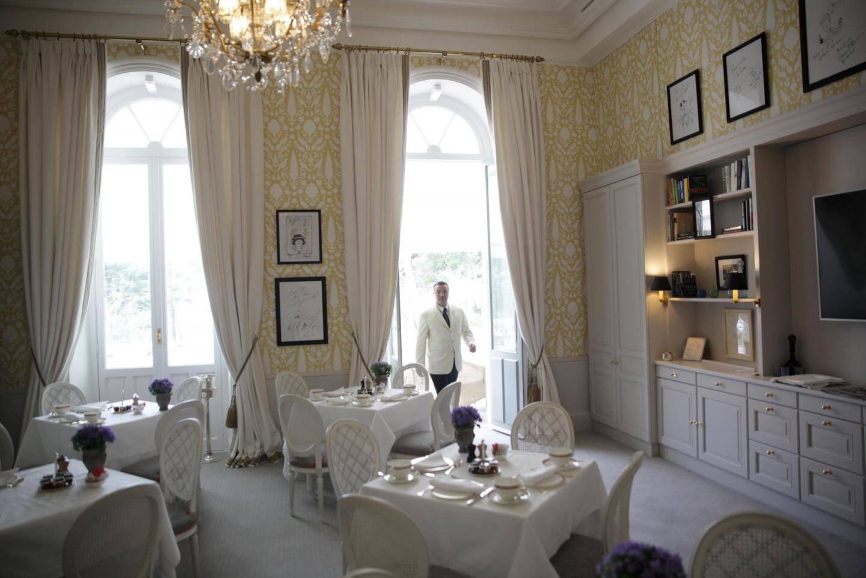 Un nouveau mobilier, une nouvelle décoration et des dédicaces de stars attendent les clients qui pourront prendre leur petit-déjeuner dans cette salle et boire un verre dans une salle Bellini complètement repensée.