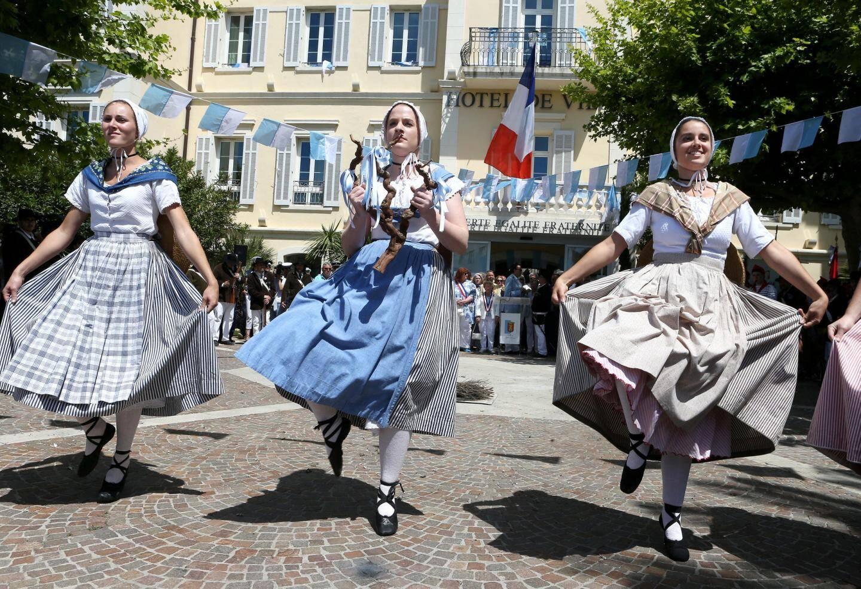 La danse de la souche sur le parvis de la Mairie.