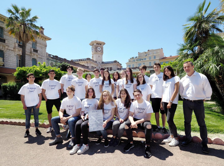Les lycéens aux couleurs de leur mini-entreprise avec leur enseignant Didier Durand. Ils ont remporté le championnat régional devant 37 mini-entreprises.