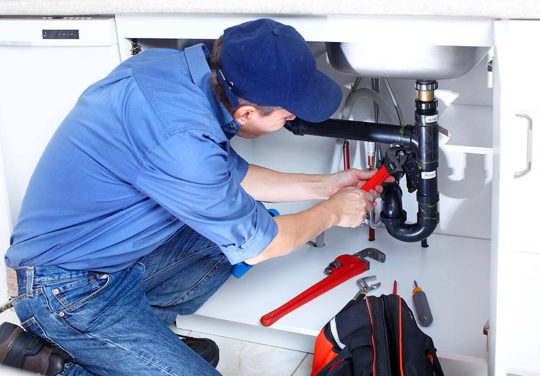 Le dispositif comprend aussi la mise en relation avec une plateforme qui recence des professionnels de confiance, sélectionnés, pour effectuer des réparations de plomberie, électricité et serrurerie.
