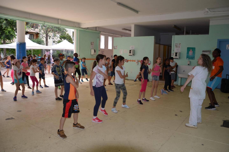 Cours de danse moderne dans le préau.