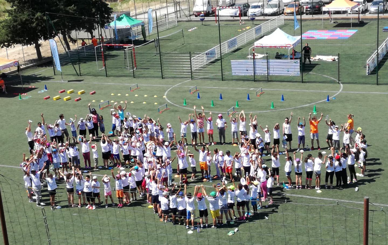Les anneaux olympiques, formés par les écoliers drapois.