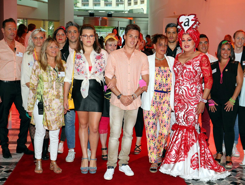 Une partie des bénévoles de Fight Aids Monaco, qui avaient respecté le dress code années 80, aux côtés de la princesse et de ses enfants Camille et Louis hier soir à leur arrivée.