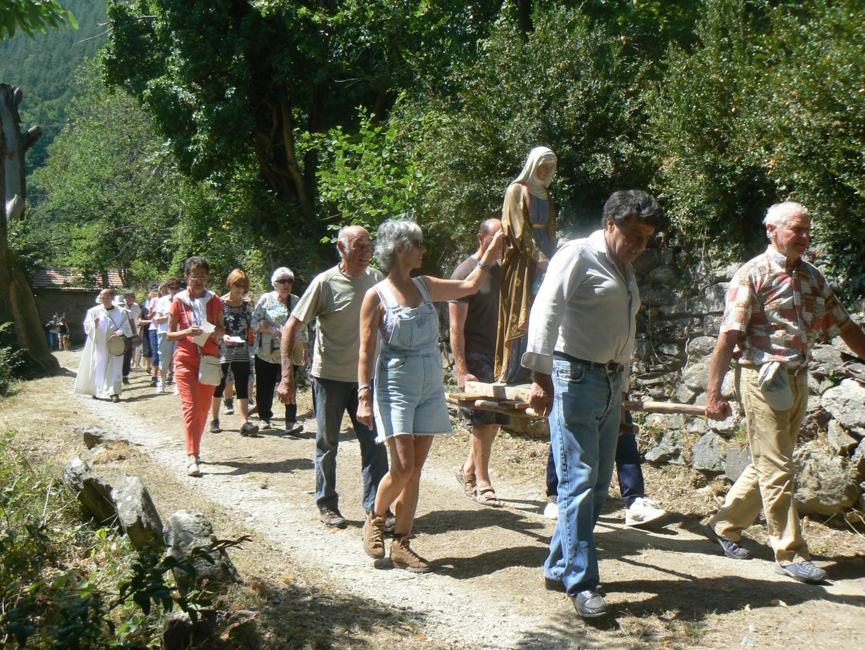 Départ de la procession au milieu des campagnes menée par le père Nikodème et la statue de Sainte-Anne.(DR)