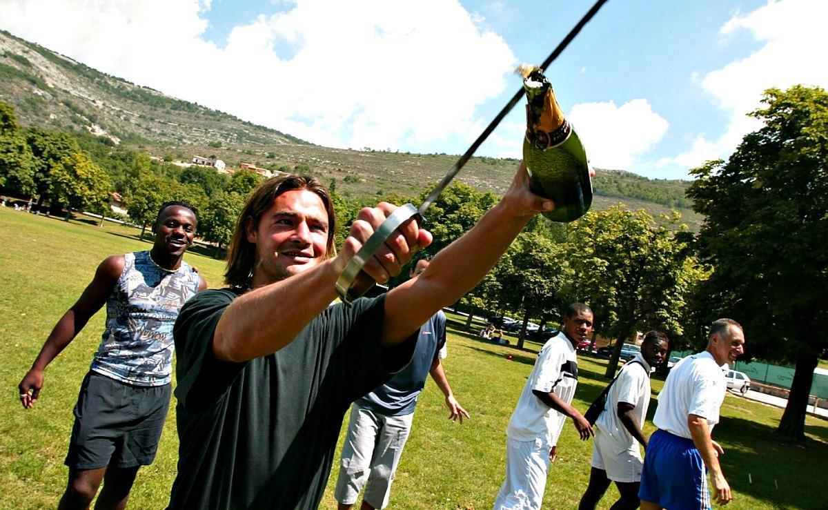 A St-Vallier, où le Gym prépare la saison, Cap'tain Cobos sabre le champagne.
