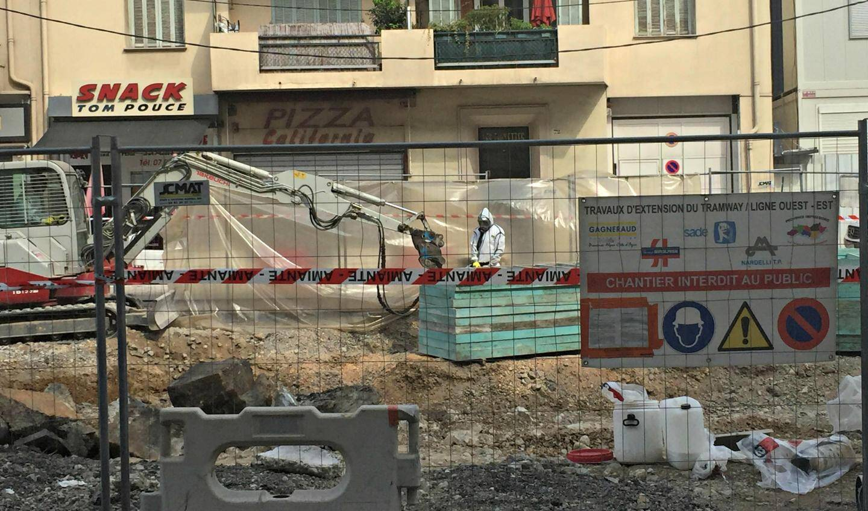 Désamiantage en cours sur le chantier du tram.