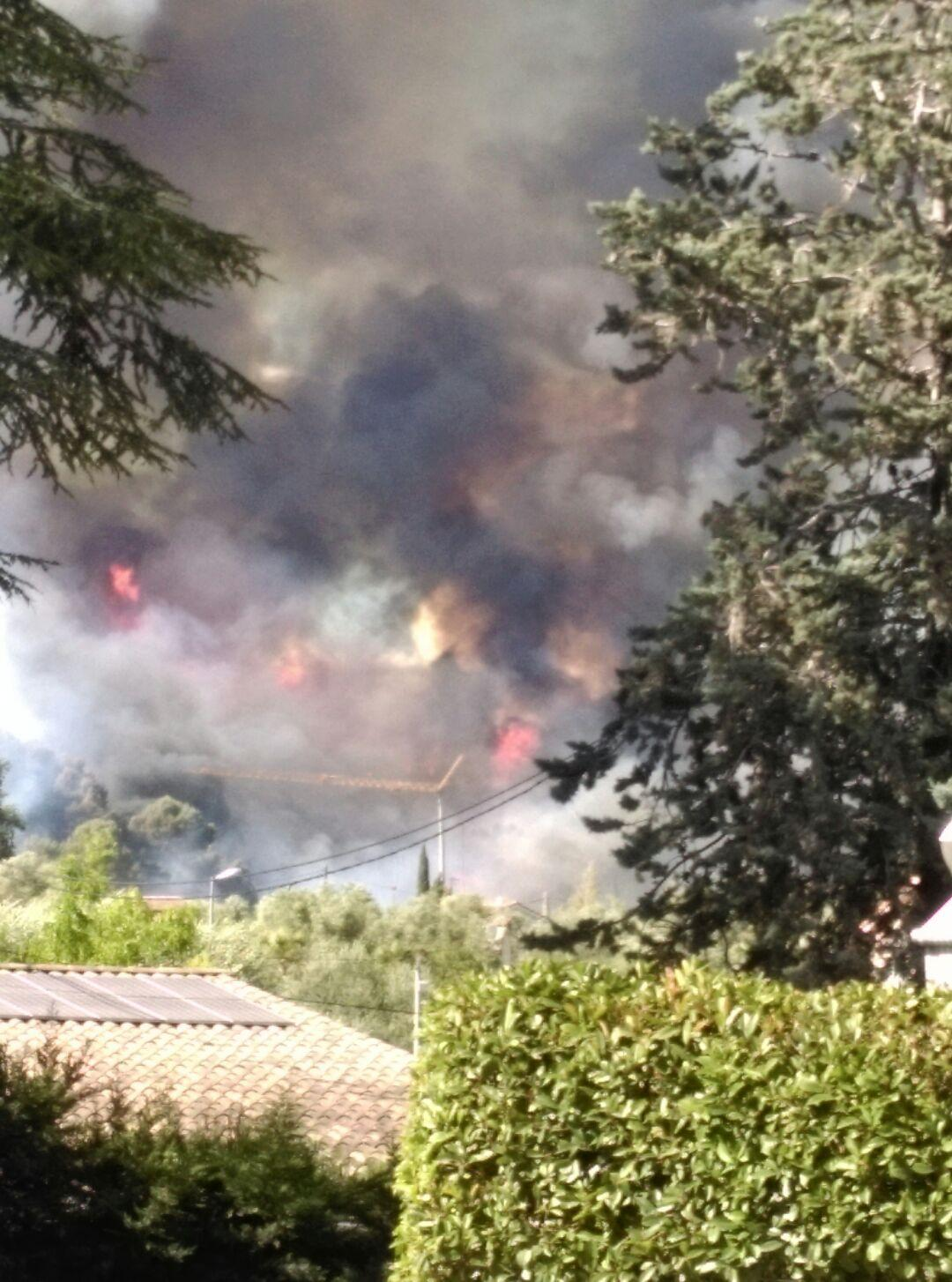 Le feu menace des habitations.