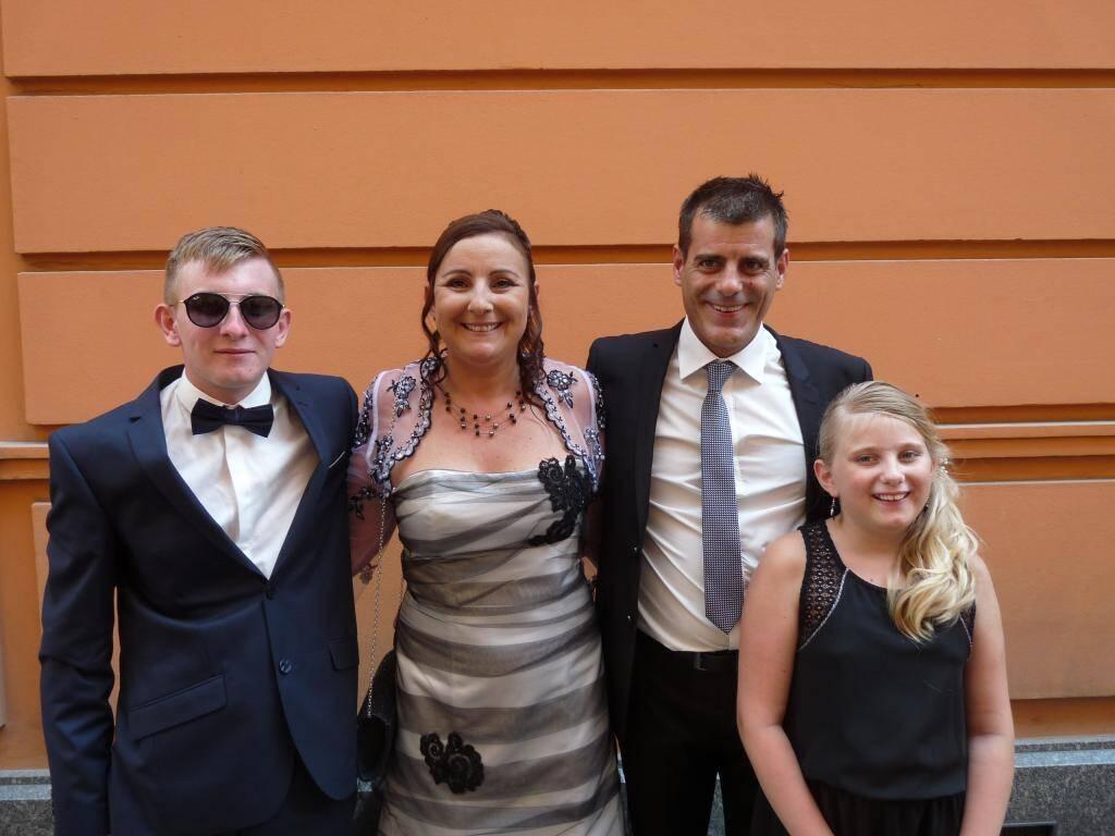 Sandra Sgro, secrétaire, et Fabrice Rochand, menuisier, accompagnés de Lucas et Mélissa.