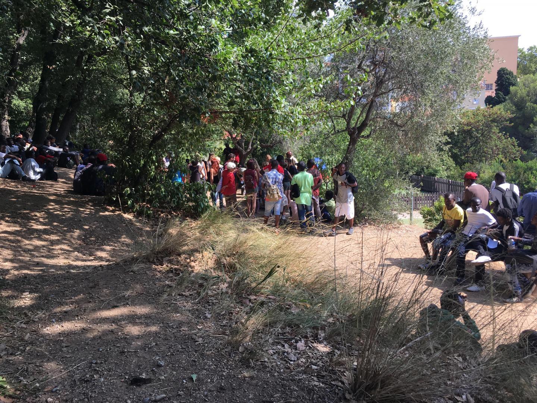 En attendant de se rendre à la Plateforme d'aide aux demandeurs d'asile (Pada), les migrants sont installés au parc départemental D'Estienne-d'Orves.