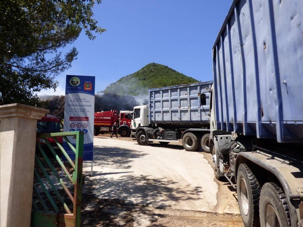 Des norias de camions évacuent le compost du site.
