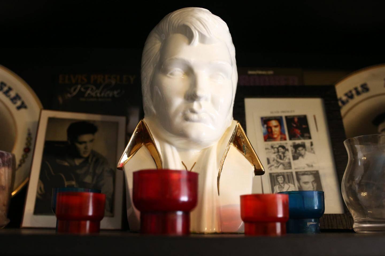 Des lumignons régulièrement allumés autour  du buste d'Elvis.