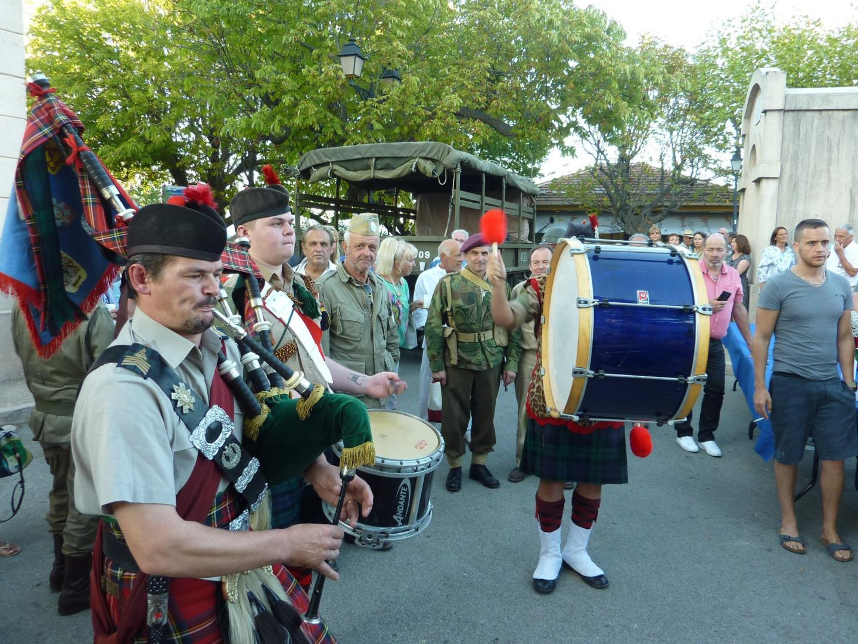 Le 51e St Highland Division Memorial, invités par le 509 Geronimo, est venu de région parisienne pour animer l'apéritif avec ses cornemuses.