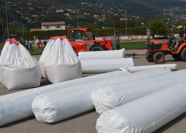 Il a fallu apporter 70 tonnes de sable spécifique de 0,4à 0,8 mm et 50 tonnes de billes de gomme pour réaliser la sous-couche avant la pose de la pelouse.