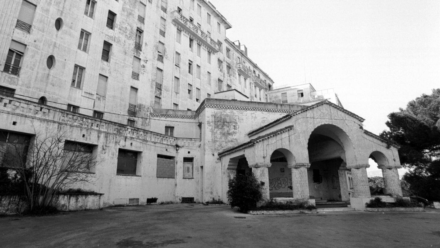 « Le château fort de ses souvenirs demeure endormi depuis. »