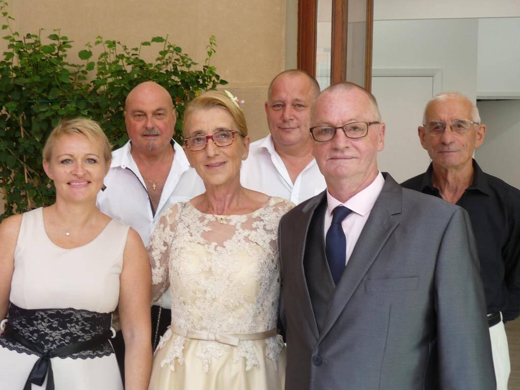 Patricia Sandona et Philippe d'Hallewin, retraités, accompagnés de leurs proches.