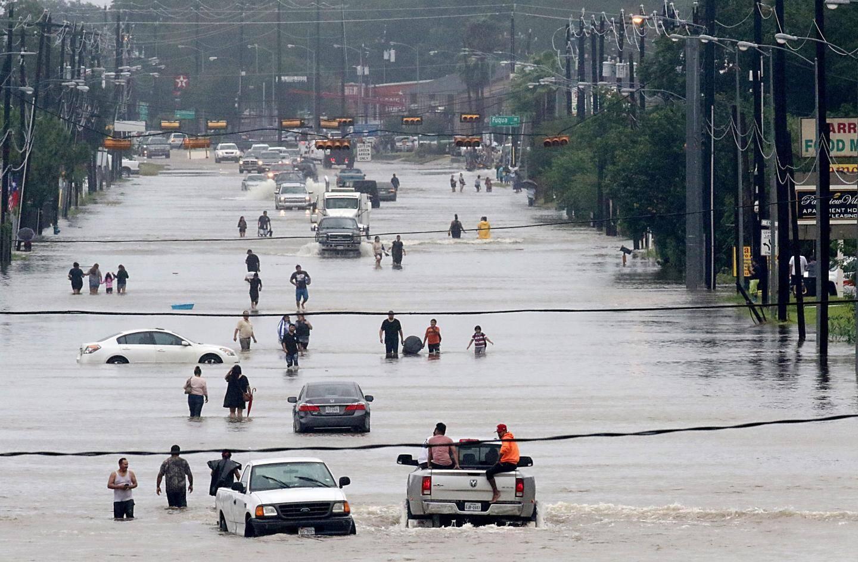 Un boulevard sous les eaux à Houston.