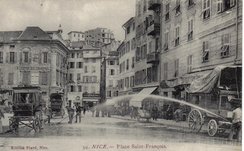 Place Saint-François à Nice, lavage après le marché aux poissons.