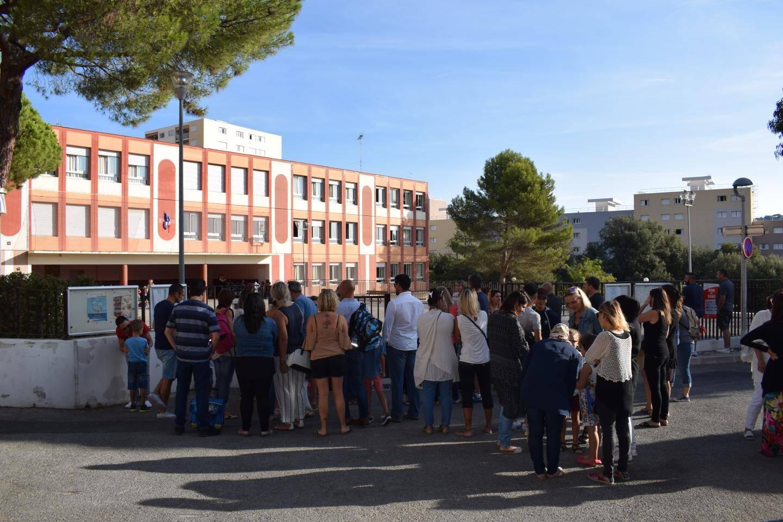 Un dernier « au revoir » aux abords du portail pour les parents à Castillon I.