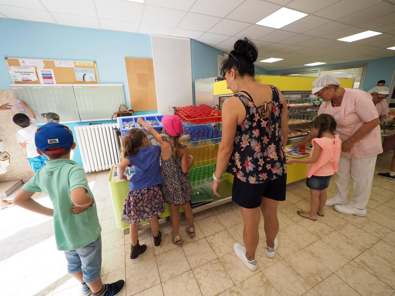 Les adultes étaient là pour guider les enfants en ce premier jour de classe.