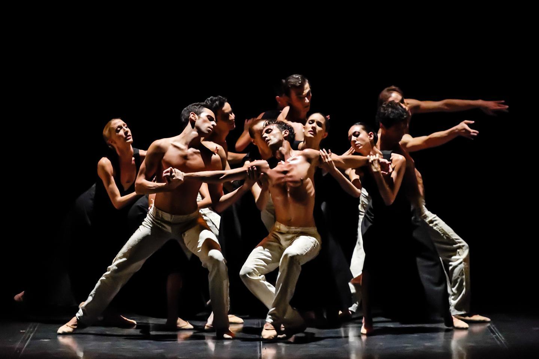 Ci-dessus à gauche, « Gnawa », l'odyssée qui désoriente et qui emporte. À droite, « Vespertine », le raffinement version Scarlett. Un ballet riche en éclectisme proposé par Eric Vu-An et les danseurs de l'Opéra de Nice, demain et samedi.