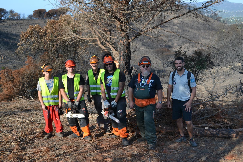 Quatre salariés en insertion de l'association Sauvegarde des forêts varoises (gilets jaunes), accompagnés de leur encadrant Dominique Chabal, et de Camille Casteran, chef de secteur du cap Lardier (à droite) participent au chantier destiné à la lutte contre l'érosion.