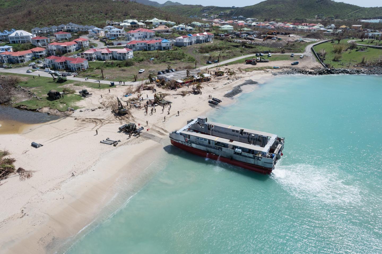 Si aujourd'hui le lagon de Saint-Martin a retrouvé ses teintes turquoise, les dégâts sur l'île sont, eux, innombrables. Le Tonnerre et ses hommes sont ainsi là-bas pour parer à l'urgence de la situation.