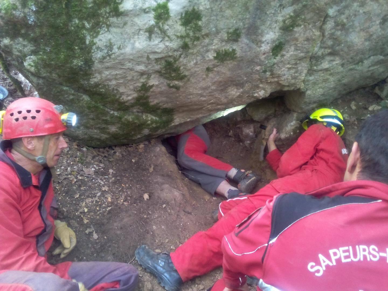 Les pompiers ont agrandi le tunnel à l'aide d'un perforateur hydraulique.