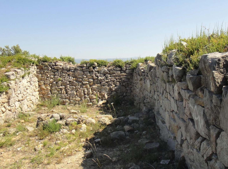 Entre ces murs de 2,20m de large sur 4 à 5m de haut, des villageois de l'époque ont vécu épisodiquement pendant des siècles.