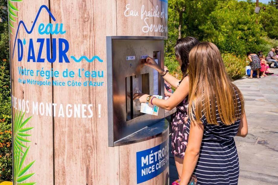 Sur la Coulée verte de Nice, la fontaine multifonctions du «miroir d'eau» débite jusqu'à 3000 m3 par jour. (©Metropole NCA)
