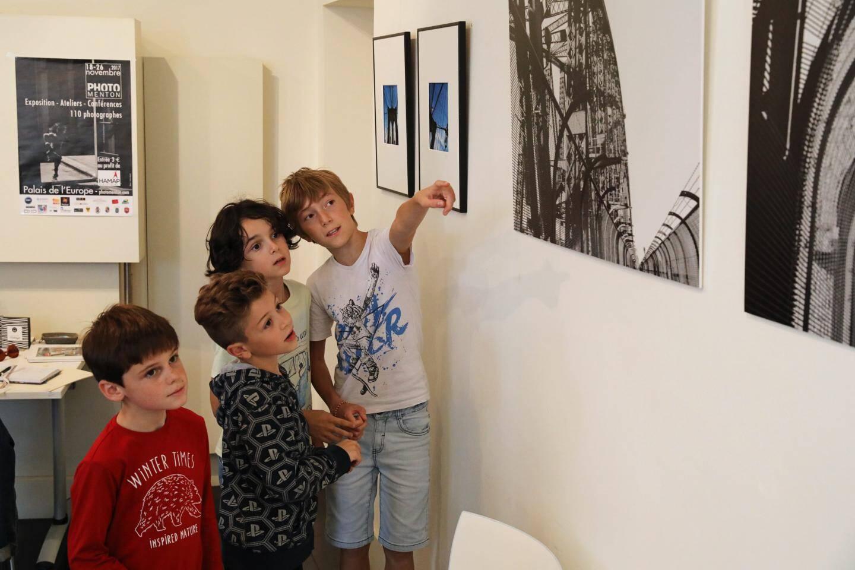 L'architecture métal, si délicatement capturée en clichés par la photographe en différents lieux du monde, ne laisse pas indifférent les enfants, curieux durant leur visite.