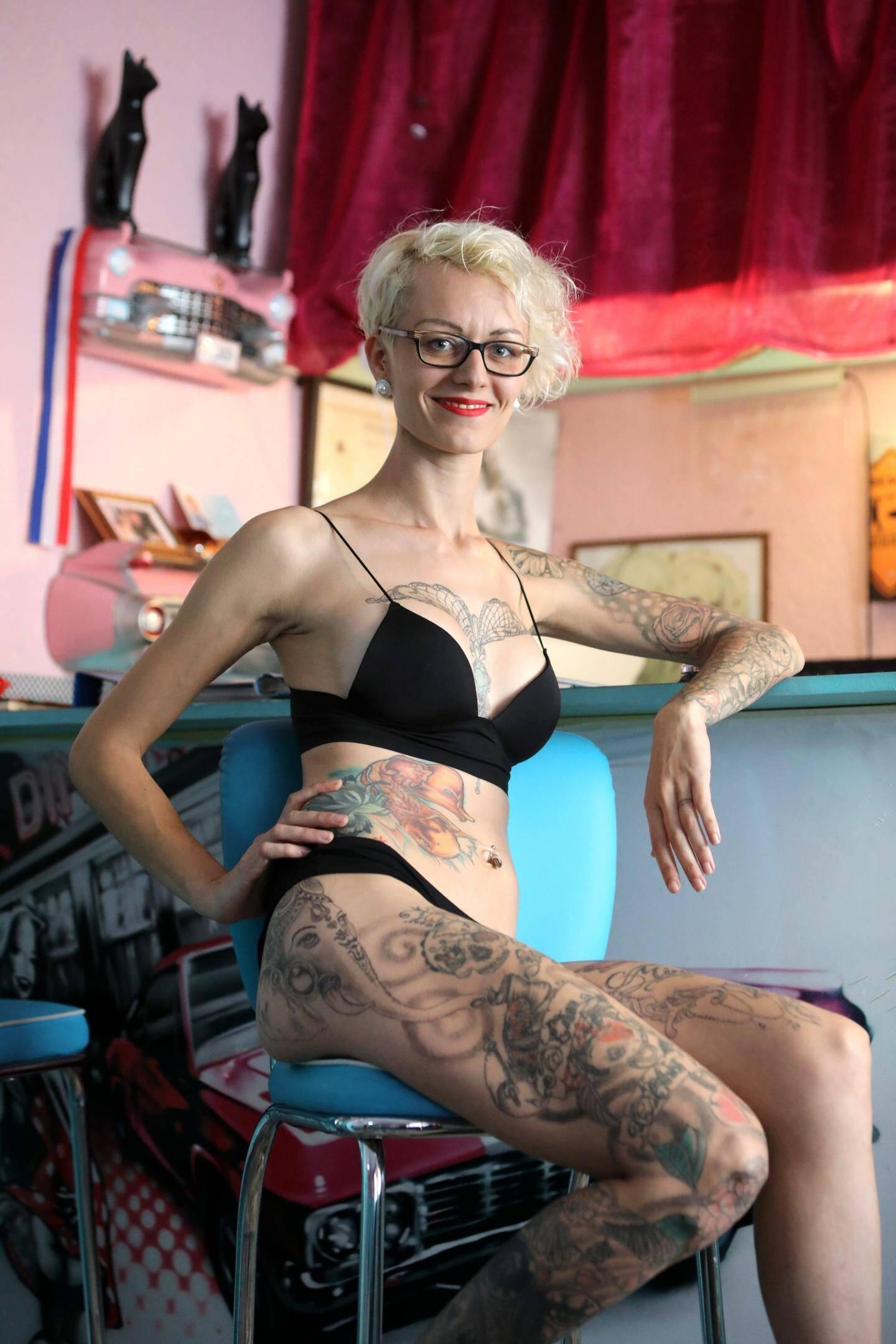 Au fin des ans, elle s'est ajoutée une seconde peau. « Je n'ai jamais l'impression d'être nue avec mes tatouages » avoue la jeune femme.