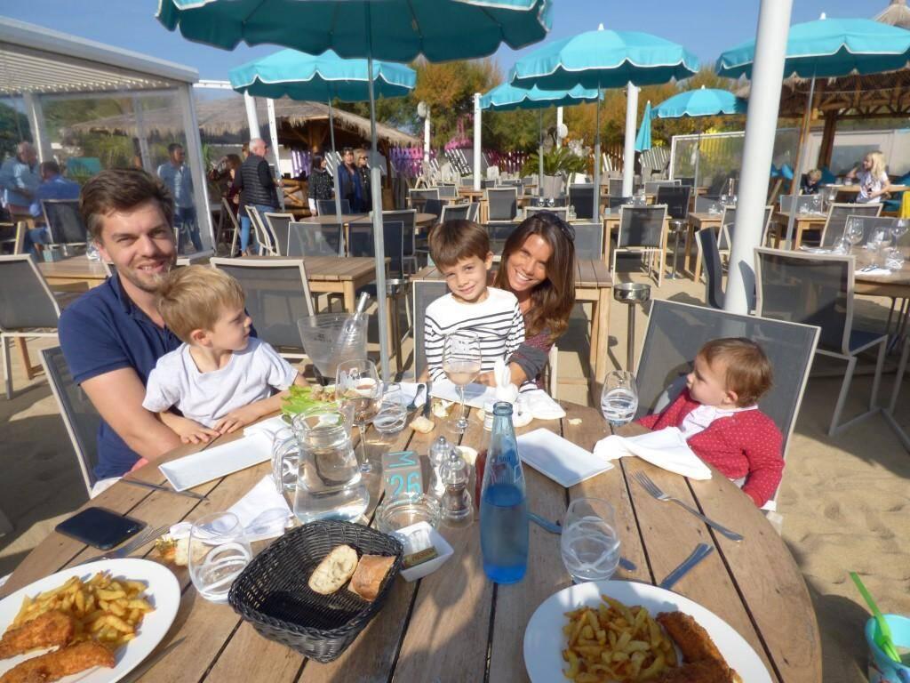 Les Lyonnais Petronille et Amaury prolongent leurs vacances, avec leurs trois enfants.