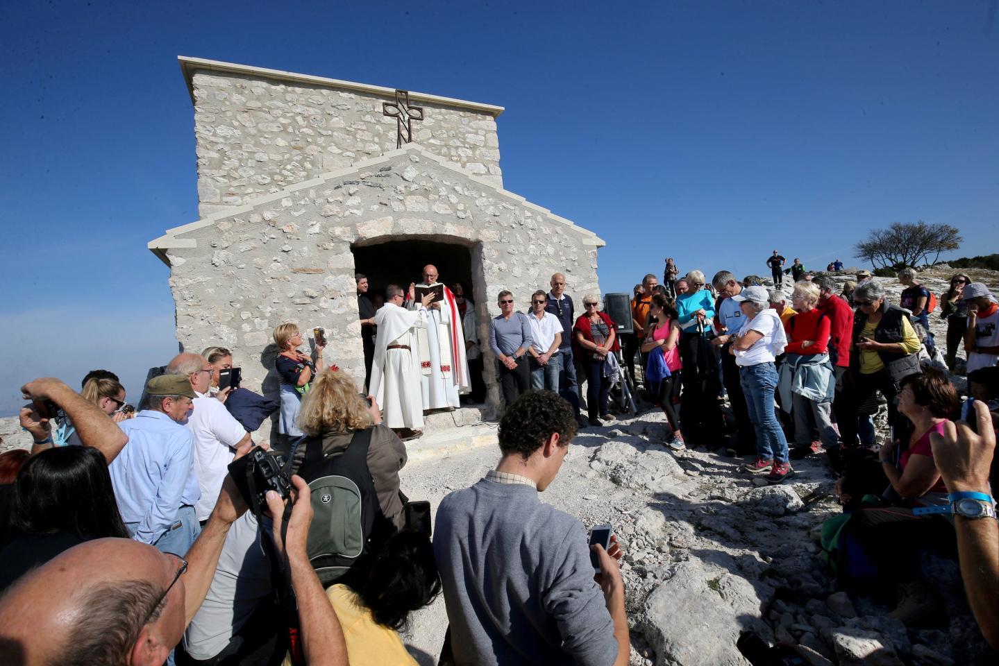 """L'évêque du diocèse de Fréjus/Toulon Monseigneur Dominique Rey a béni la chapelle du Saint-Pilon, en présence de quelque trois cents personnes : """"Que ce soit un lieu de paix, de fraternité, et de rencontre avec le Seigneur""""."""