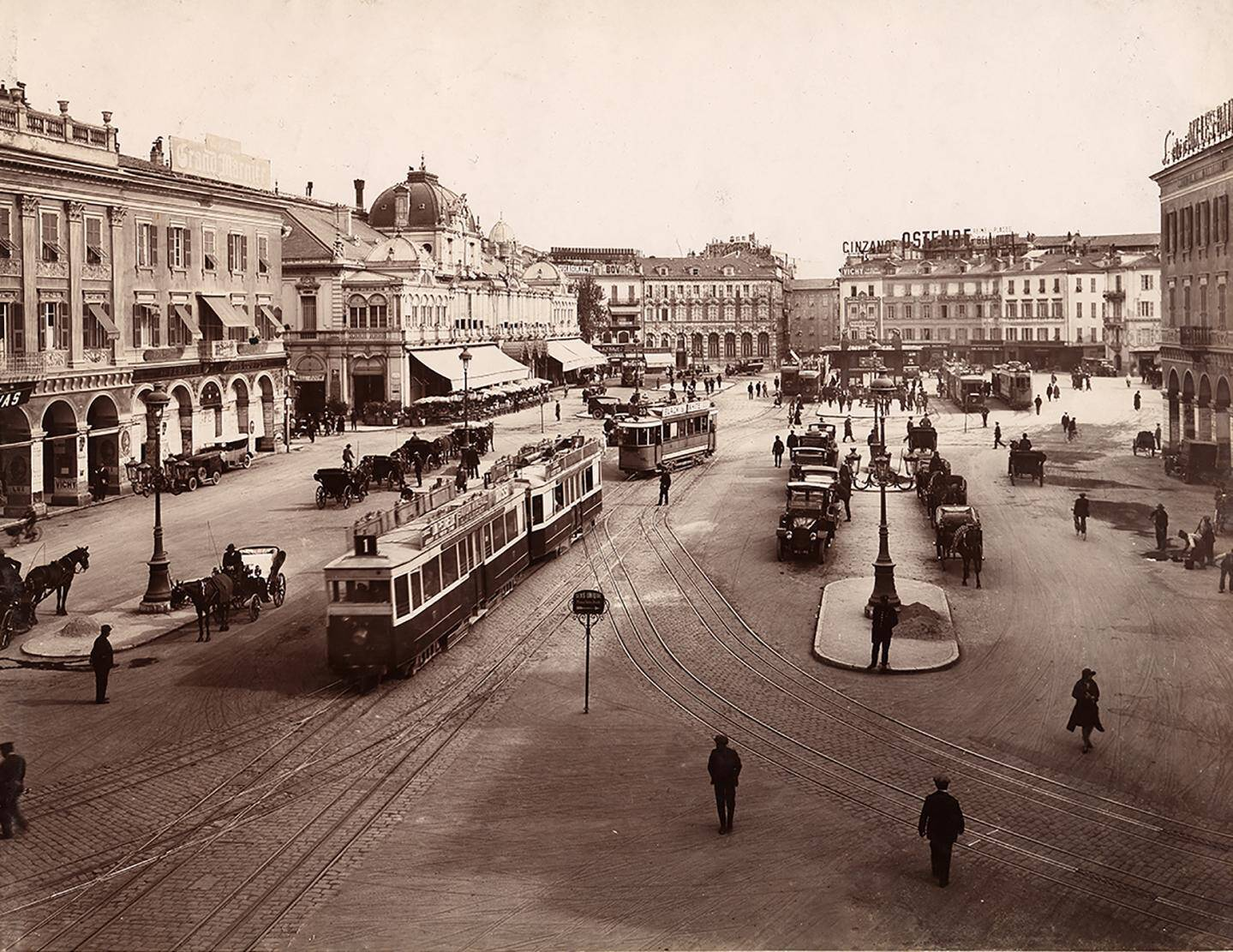 Le tramway place Masséna, déjà.