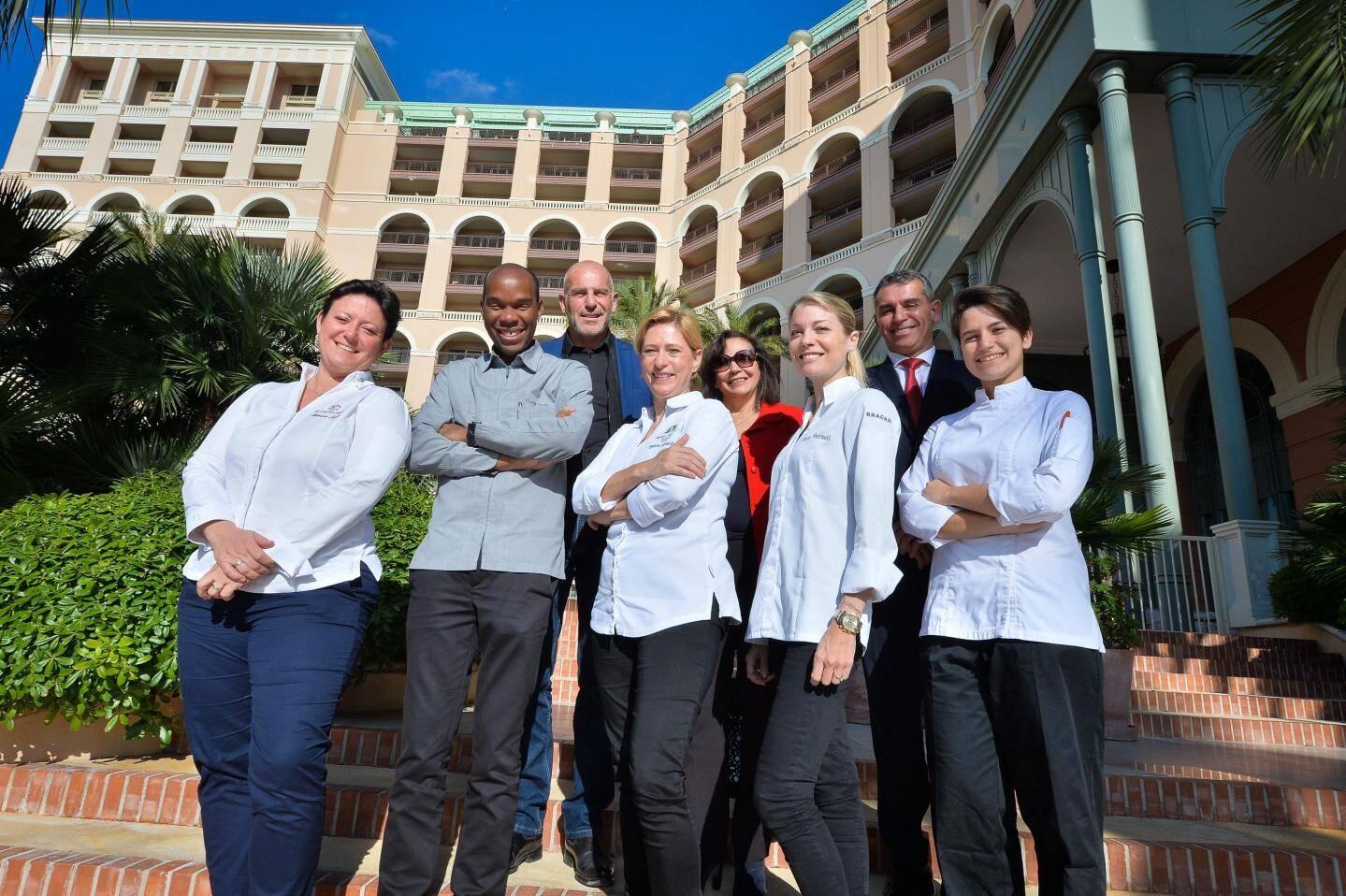 Autour de l'équipe en cuisine hier, la présidente de l'AIHM, Alberte Escande, le vice-président Francis Poidevin et le directeur du Monte-Carlo Bay, Frédéric Darnet.
