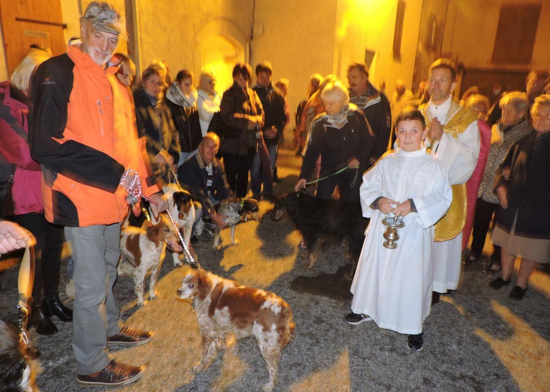 La bénédiction de la meute, une coutume respectée pour la Saint-Hubert.