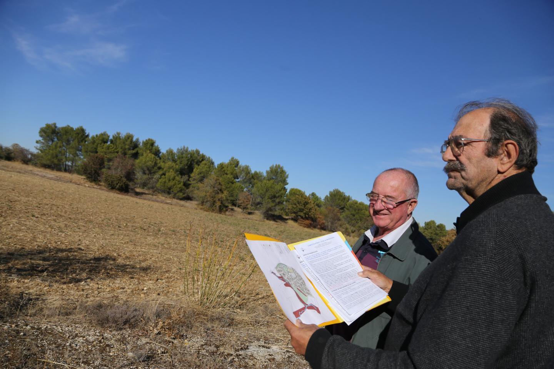 Jean-Jacques Foletti (à droite) et Bernard Salabelle, du CIL de Mazaugues, inquiets devant le projet d'implantation de 165 habitations légères au quartier de la Nougueirède.