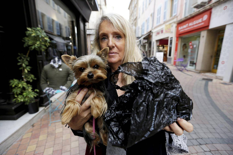 """A l'image de cette propriétaire """"civique"""", les habitudes doivent être prises de se munir d'un sac quand on part promener son """"toutou""""."""