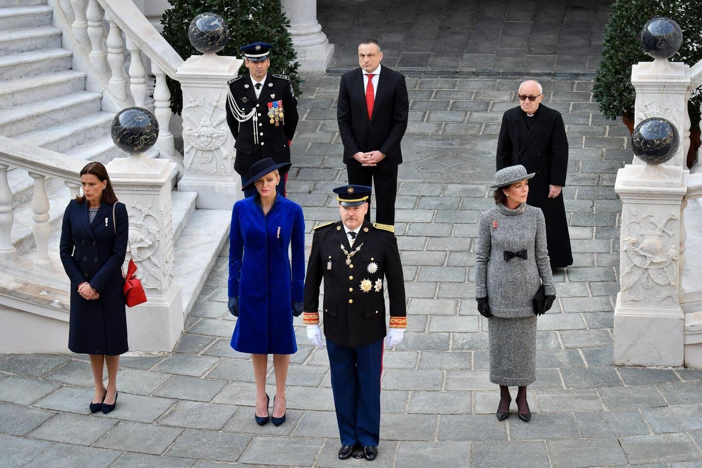 Pour la prise d'armes dans la cour d'honneur, autour du souverain, son épouse la princesse Charlène et ses sœurs les princesses Caroline et Stéphanie.