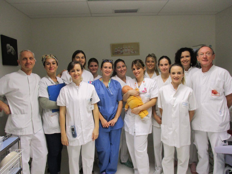 Le docteur Jacques Brunet (à gauche), chef du pôle mère-enfant avec une partie de l'équipe du service de néonatologie, dirigé par le docteur Philippe Truc (à droite).