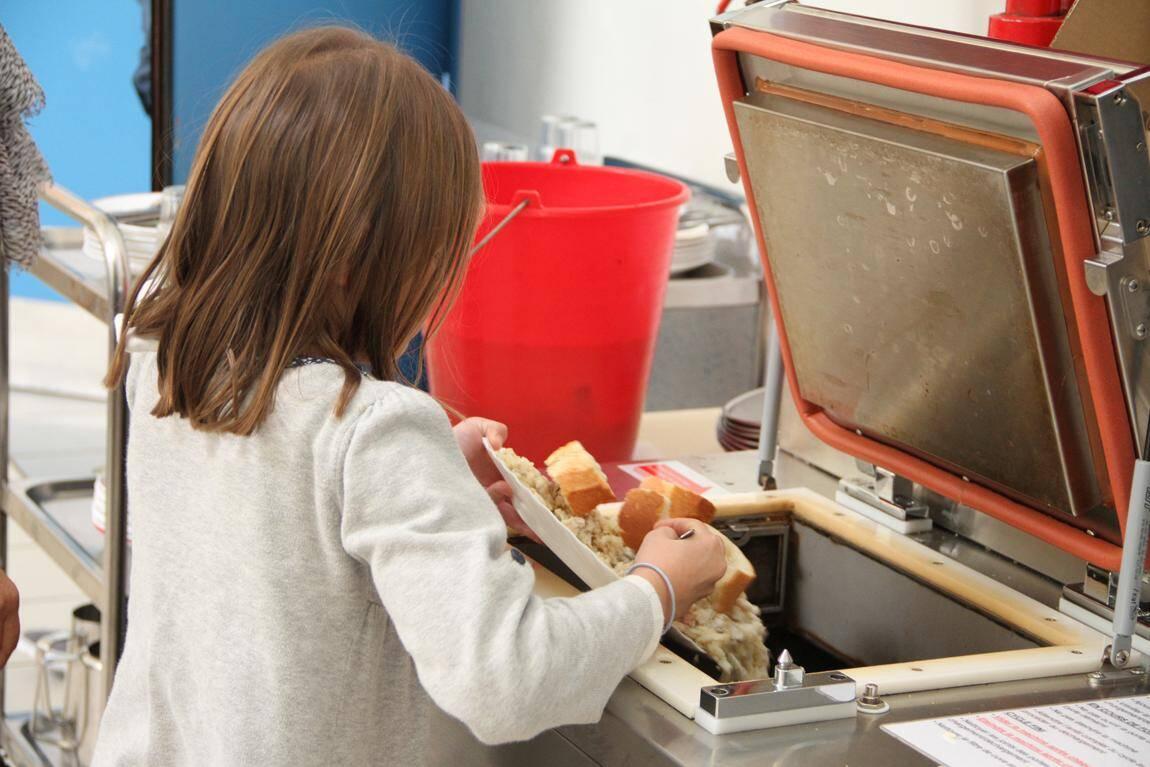 Les enfants participent au tri des déchets.
