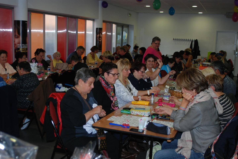 Les joueurs en pleine concentration au loto de l'Office municipal de l'animation et des fêtes.
