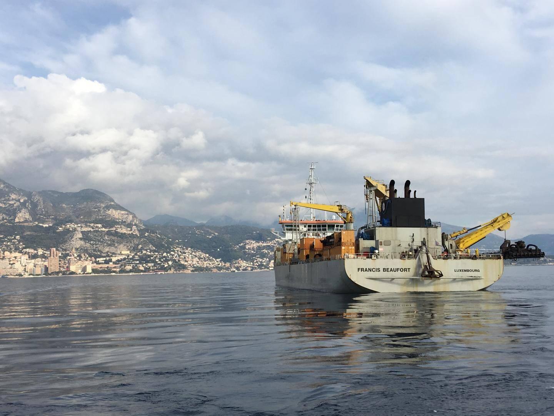 Plus de 11 tonnes et 142 mètres de long, le Francis Beaufort est une dragueuse chargée de râcler le fond du Larvotto.