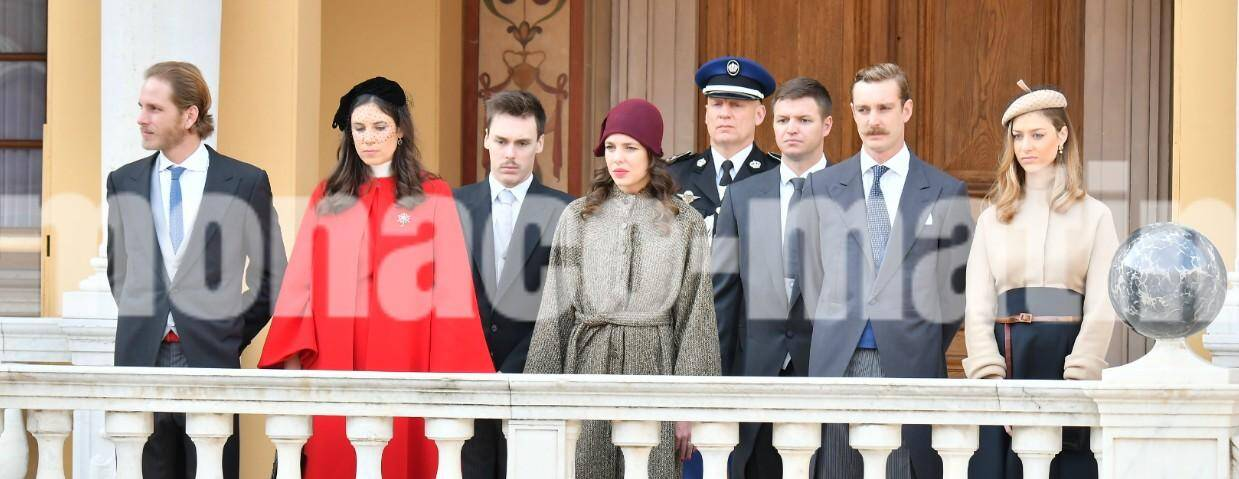 Le prince Albert II est entouré par son épouse, la princesse Charlène, ses sœurs, les princesses Caroline et Stéphanie. Ainsi que ses neveux et nièces Charlotte Casiraghi, Louis Ducruet, Andréa Casiraghi et Pierre Casiraghi.