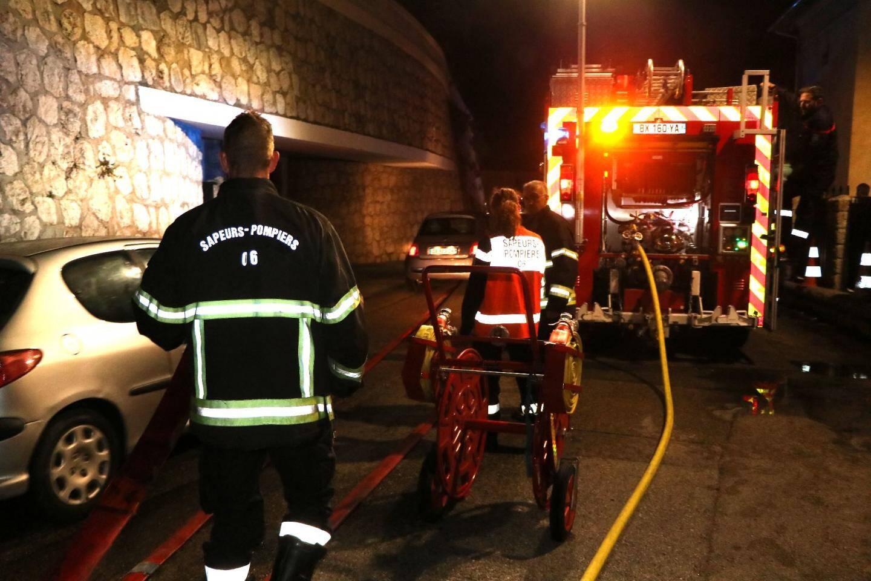 Alors que l'électricité était coupée, les sapeurs-pompiers ont circonscrit les flammes équipés d'une lance d'incendie.