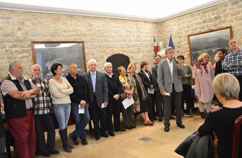 Le maire entouré d'une grande partie de son équipe municipale et des représentants associatifs a accueilli les récents arrivés dans la commune.