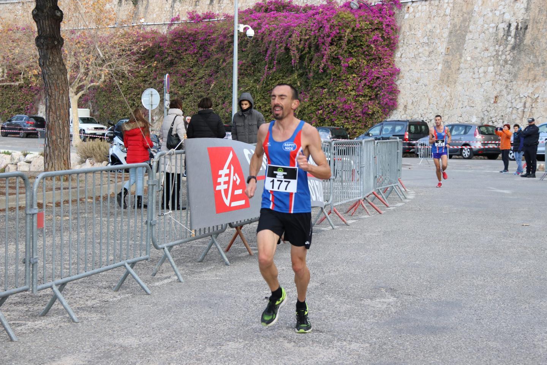 La 13e édition du Mounta-Cala de Villefranche-sur-Mer a été remportée hier matin par Charly Dalfin (ASPTT Nice) en 36'43''.