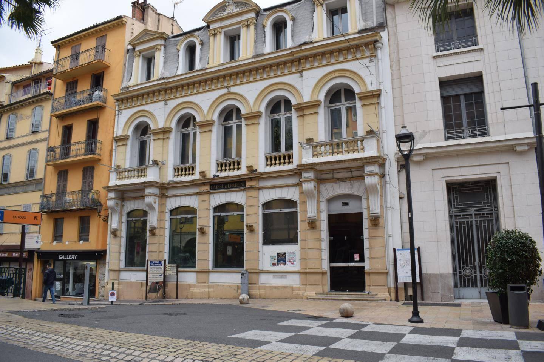 Les négociations sont toujours en cours mais c'est vraisemblablement dans les locaux de l'ancienne Caisse d'Épargne, sur le Boulevard du Jeu-de-Ballon, que devrait s'installer l'antenne grassoise de l'École Supérieure du Parfum.