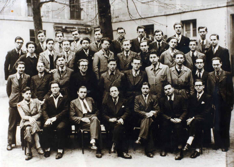 Sur cette photo de classe, Jean d'Ormesson est le deuxième à gauche au dernier rang.